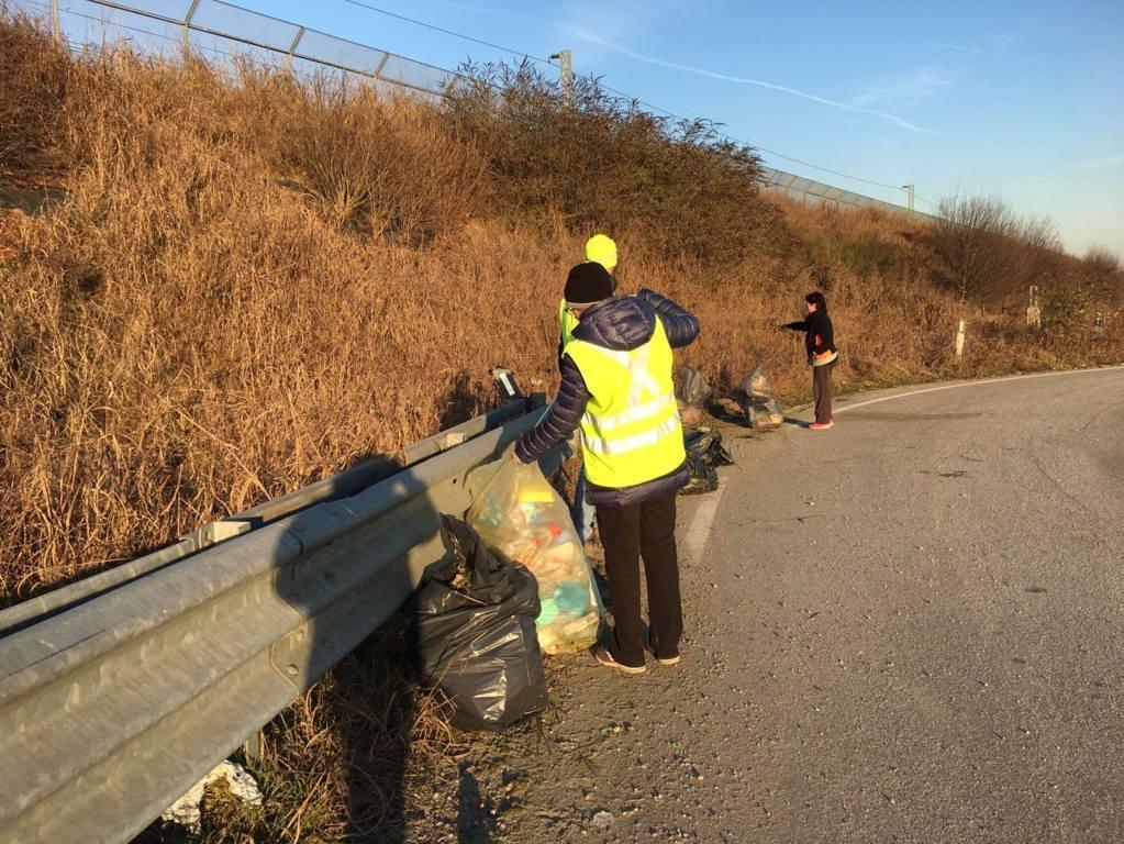 Volontari raccolta rifiuti Romentino (2)
