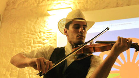 Gennaro Spinelli musicista Rom violino bandiera romanì