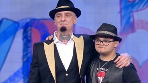 Marco Baruffaldi con J-Ax a Tú Sí Que Vales canzone contro il bullismo e per la diversità