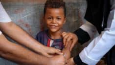 Un bambino di Aden (Yemen) riceve una dose di vaccino contro morbillo e rosolia, due malattie infettive particolarmente contagiose in situazioni di crisi umanitaria campagna vaccini © UNICEF