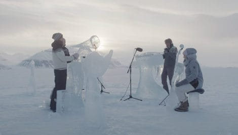 Concerto con strumenti di ghiaccio al Polo Nord per proteggere gli Oceani - Greenpeace