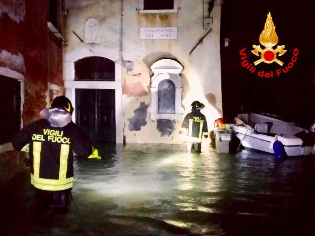 alluvione venezia vigili del fuoco