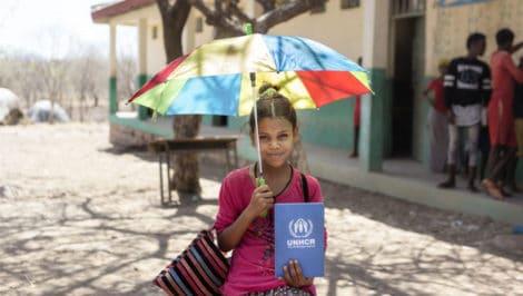"""3,7 milioni di bambini rifugiati non vanno a scuola. Torna la IV edizione di """"Mettiamocelo in testa"""" per l'istruzione dei piccoli rifugiati"""