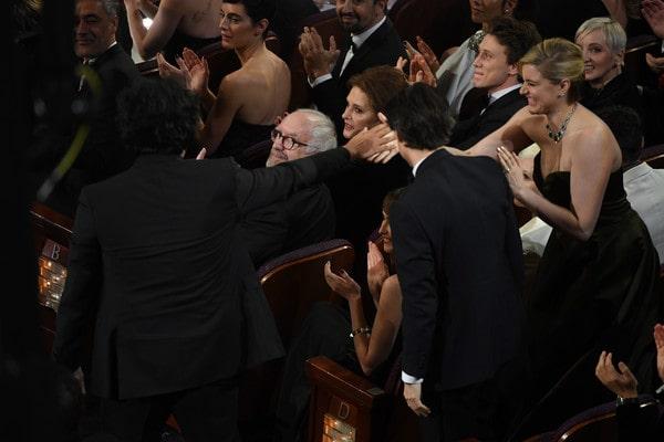 Greta Gerwig saluta il collega regista Bong Joon Ho, vincitore del Premio Oscar alla miglior regia. (9 febbraio 2020)