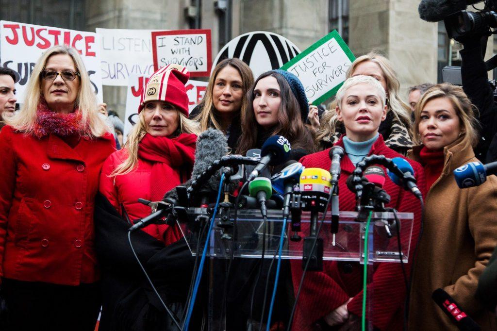 Louise Godbold, Rosanna Arquette, Dominique Huett, Sarah Ann Masse, Rose McGowan e Lauren Sivan, alcune fra le accusatrici di Harvey Weinstein, fuori dal tribunale di New York City in cui l'ex produttore è stato processato e condannato. (6 gennaio 2020)