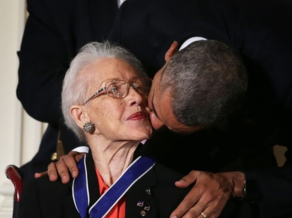 Il Presidente Barack Obama saluta Katherine Johnson dopo averle conferito la Presidential Medal of Freedom. (2015)