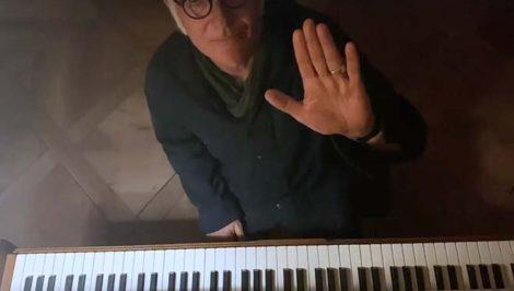 Ludovico Einaudi suona per coronavirus greepeace