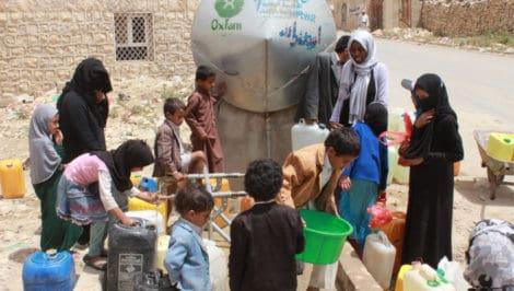 Yemen_OGAB_100117_People collecting water in Khamir_credit Oxfam Covid19, milioni di profughi ammassati senza acqua pulita. Oxfam Impossibile combattere il contagio