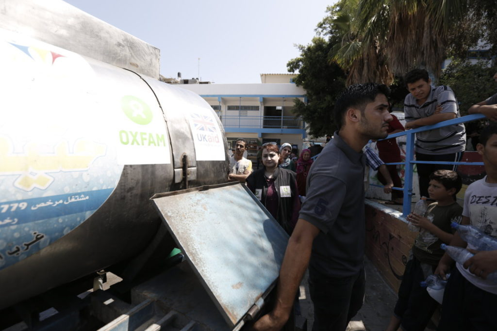 Territori Occupati Palestinesi. Gaza. Oxfam ha fornito camion pieni di acqua potabile per migliaia di famiglie che sono fuggite dalle loro case_Credit Oxfam