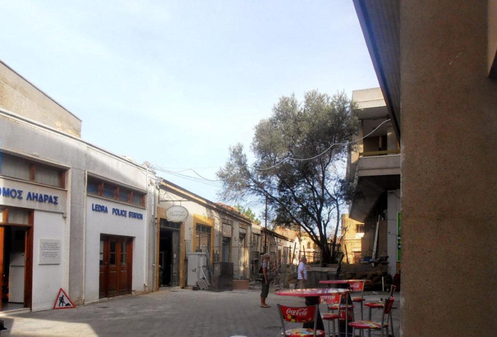 Camminando verso la frontiera appare di sfondo lo spettro della zona neutra di Nicosia
