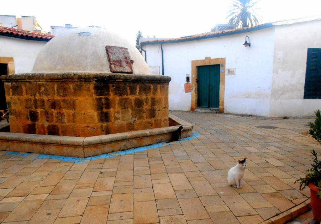Fontana esagonale al centro del quartiere di Samanbahce, Nicosia, Cipro del Nord