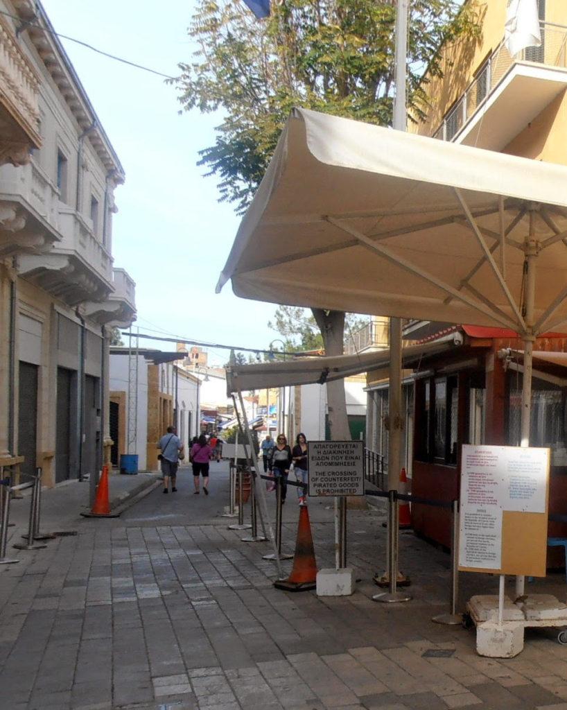 Posto di blocco greco poco prima di passare la frontiere ed arrivare nella zona turca di Nicosia