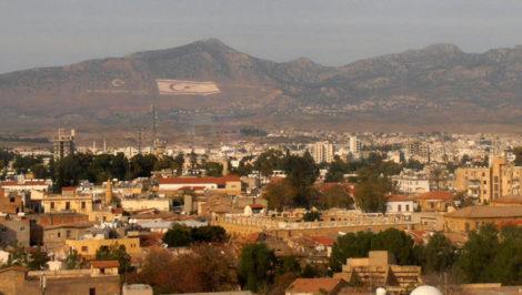Veduta dalla Torre di Shacolas, Nicosia, Cipro. Sulle montagne, la bandiera turca