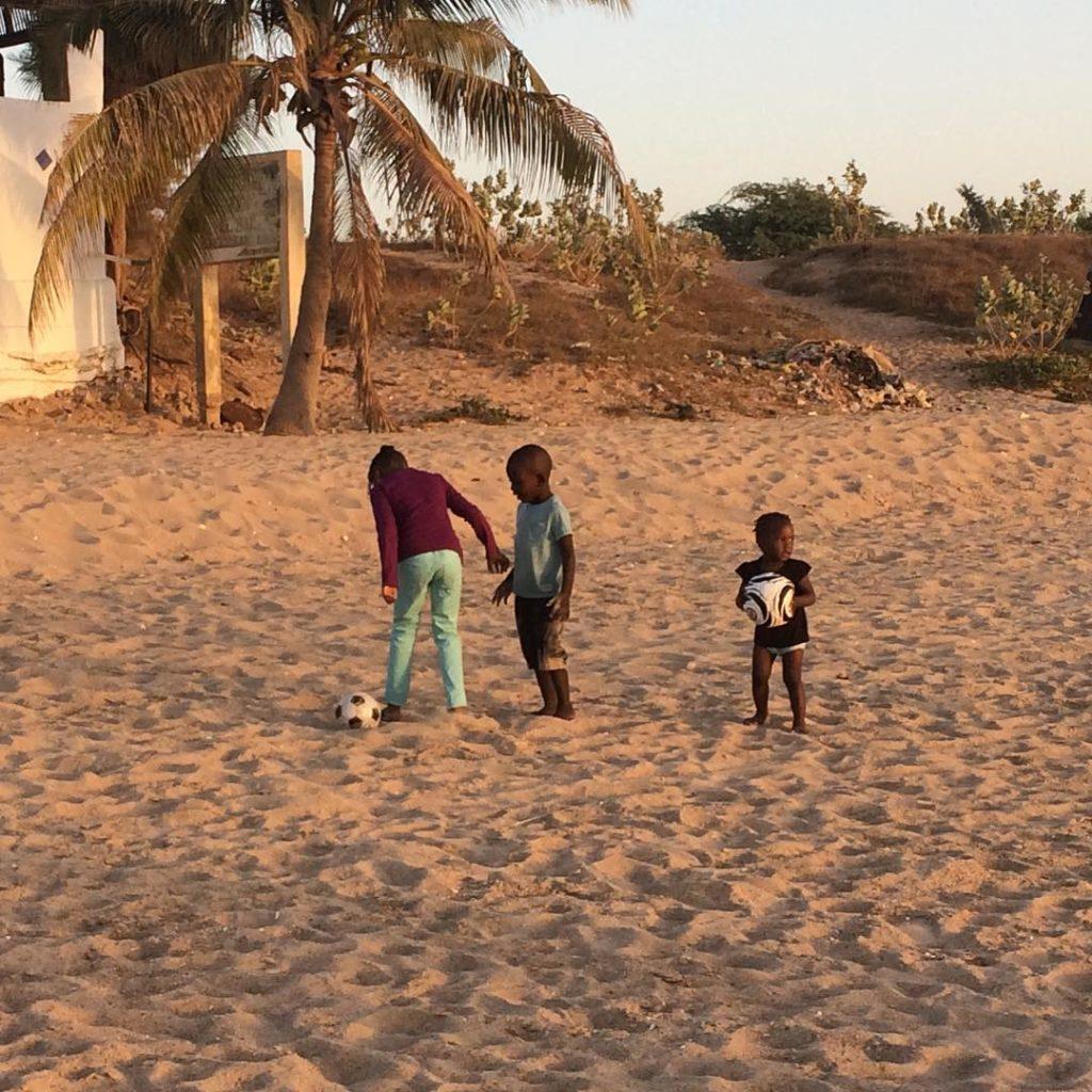 Bambini giocano sulla spiaggia, Mbour, Senegal