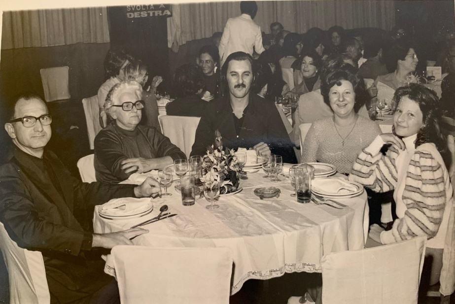 Da sinistra il padre, la zia (sorella del padre) con il figlio e la figlia, Rosanna a 15 anni al Circolo Italiano di San Paolo