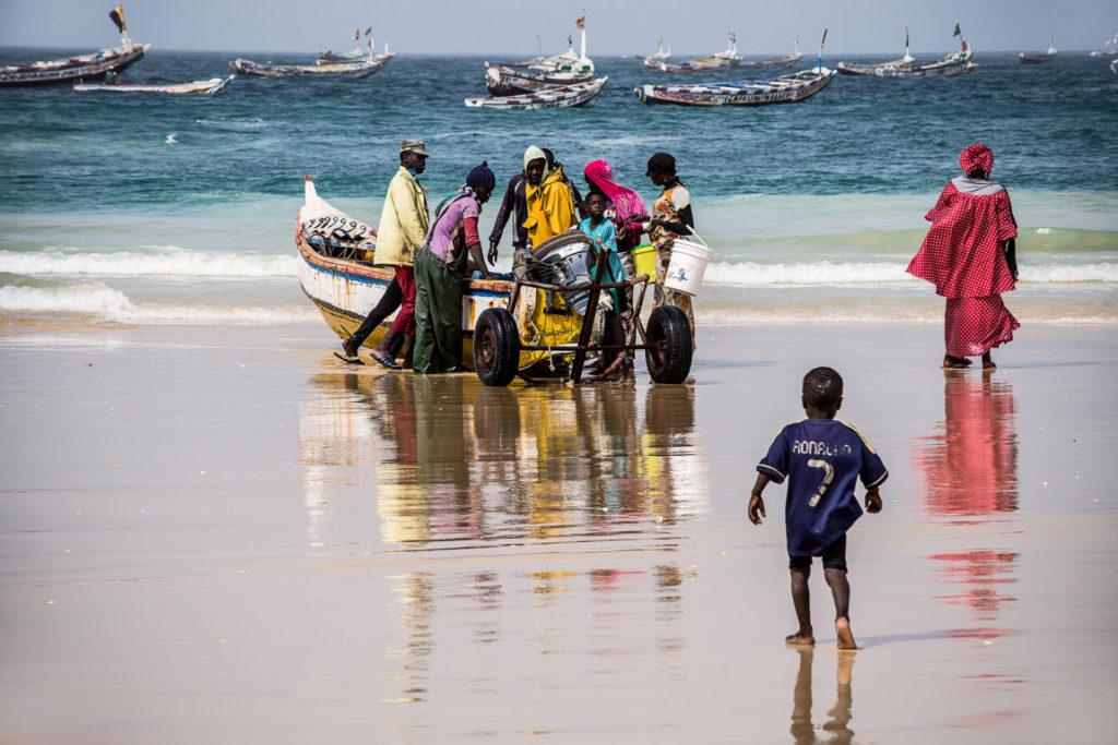 Pescatori di ritorno alla spiaggia, Kayar, Senegal