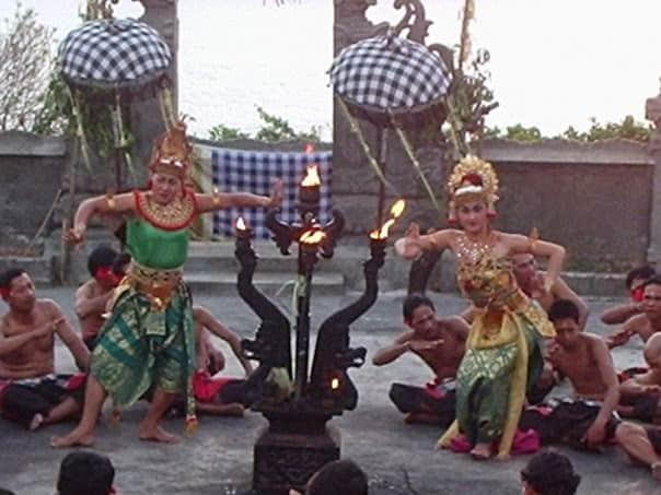 Coro di uomini e danzatori keciak a Puru Luhur Ulu Watu, Bali, Indonesia