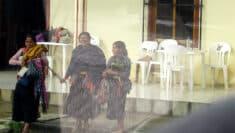 Donne native della città, viste attraverso un finestrino d'autobus. San Juan de Chamula, Messico