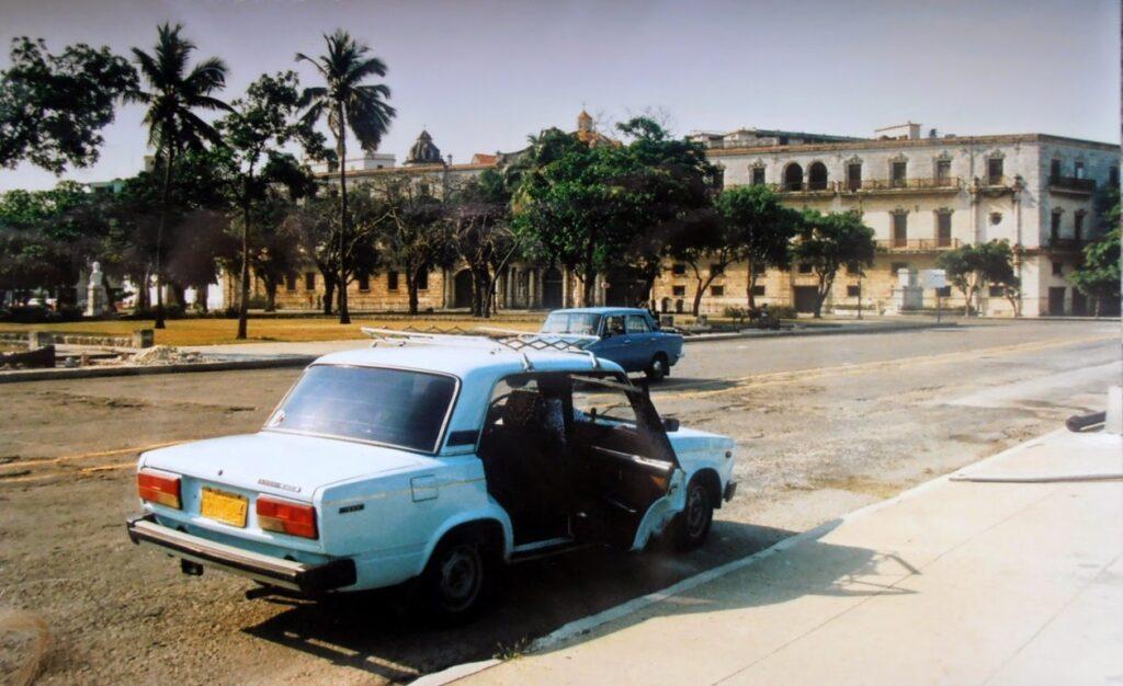 Un'automobile a cui mancano i vetri ai finestrini, La Habana, Cuba