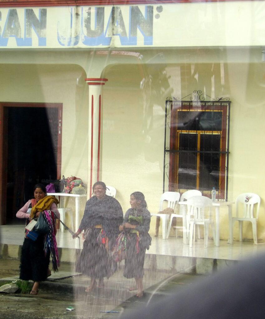Donne native della città, viste attraverso un finestrino d'autobus.  San Juan de Chamula, Messico.
