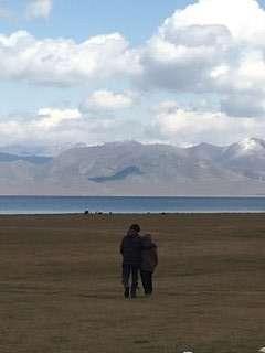 Due amici camminano abbracciati vero il lago Son Kul - Kirghizistan