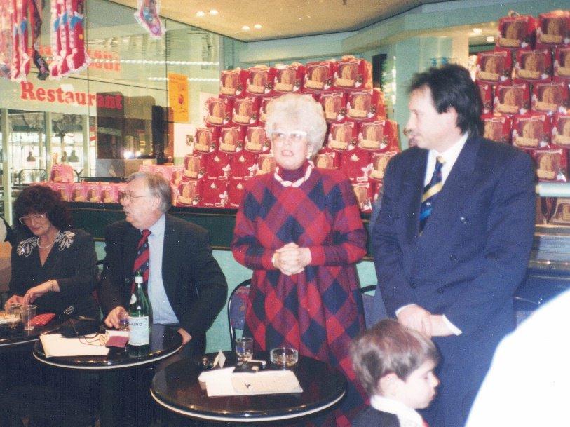 1996 – Festa della Befana. In piedi a sinistra, il console italiano di Brema, a destra Nerino Coccato