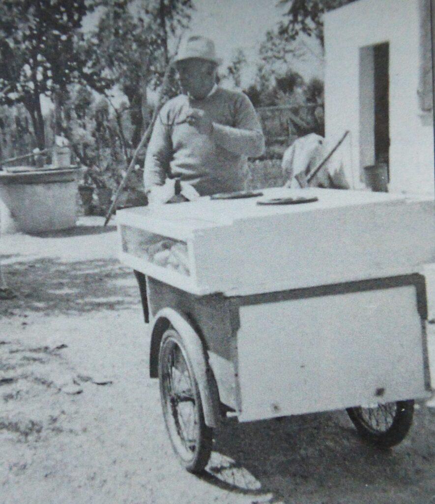 Gelatiere con carrettino ambulante dei gelati - anni '60. Dal libro Arzergrande e Vallonga, un passato di forza e di valori – Antonio Giraldo