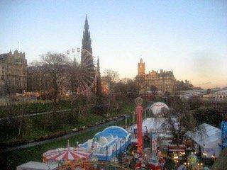 Il villaggio di Natale su Princess Street Garden. Sullo sfondo, lo Scotto Monument