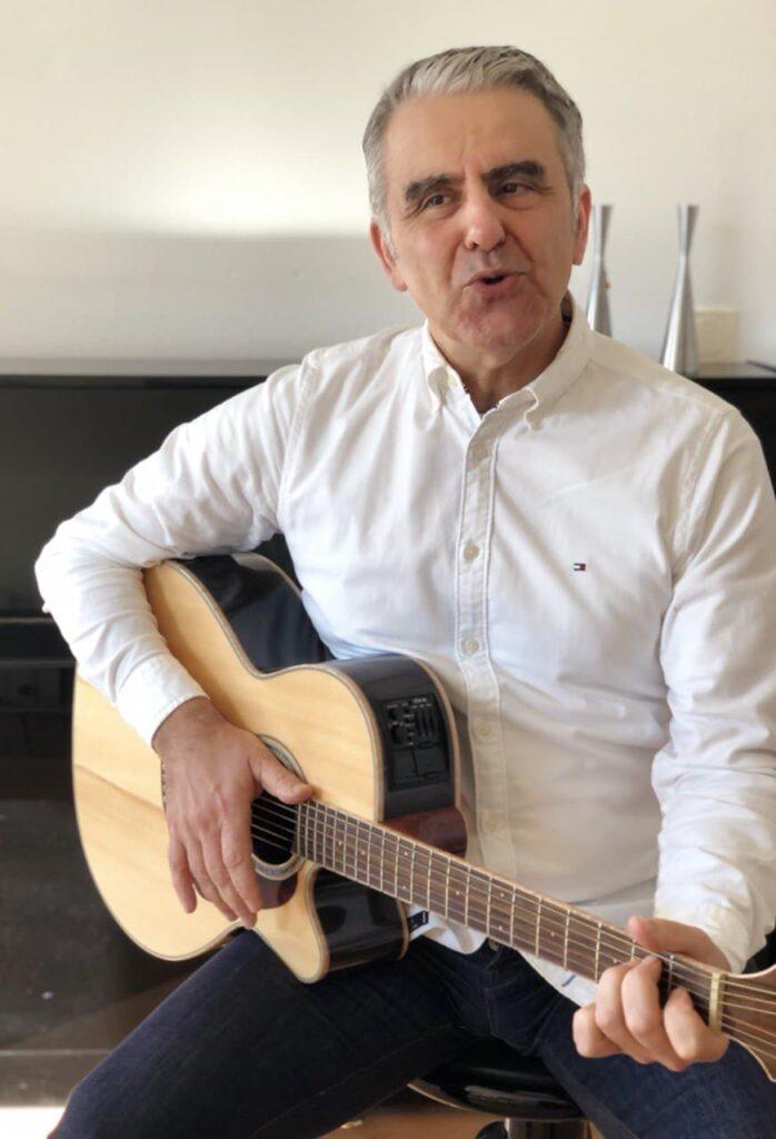 Franco Mattoni alla chitarra