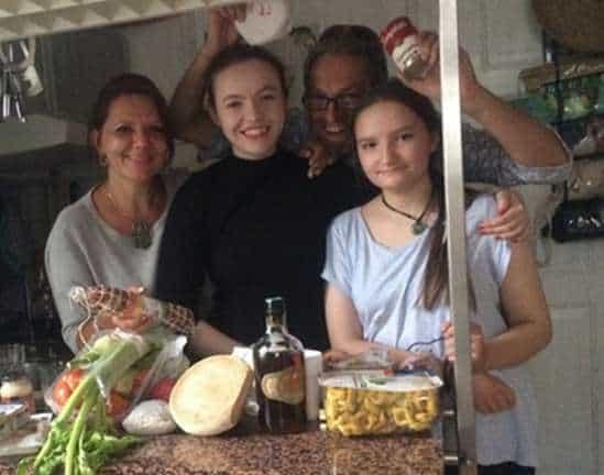 Da sinistra: la moglie Sabine, la figlia Sara, Antonio, la figlia Lidia, di ritorno da un viaggio in Italia